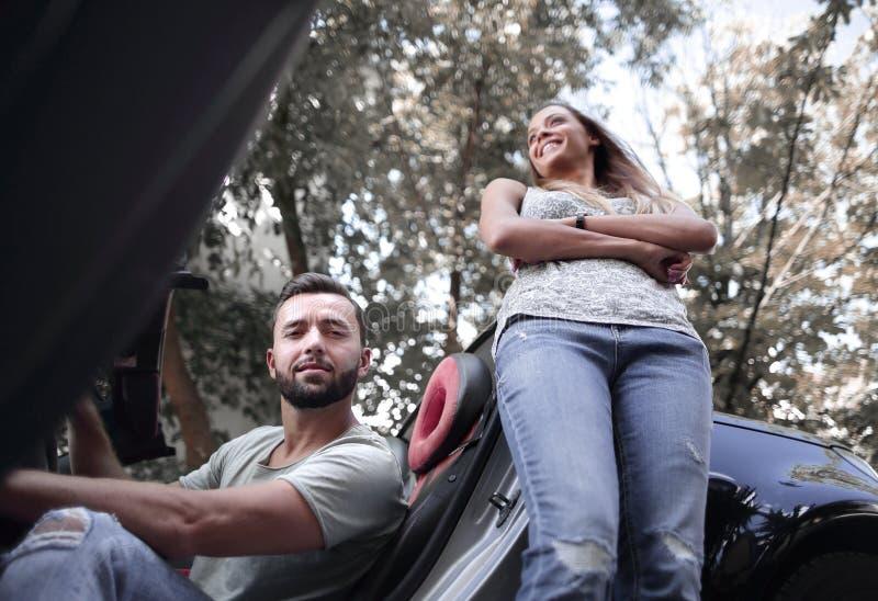 El par joven que viaja en coche hace una parada fotos de archivo