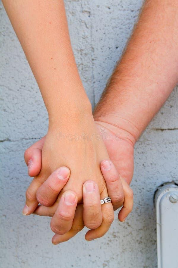 El par lleva a cabo las manos imagen de archivo