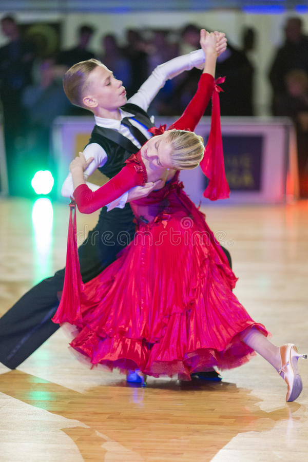 El par no identificado de la danza realiza el programa europeo estándar Juvenile-1 sobre el WDSF Prix-2106 magnífico báltico fotografía de archivo libre de regalías
