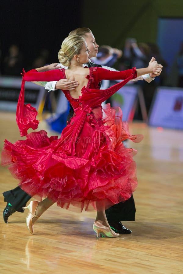El par no identificado de la danza realiza el programa europeo estándar Juvenile-1 sobre el WDSF Prix-2106 magnífico báltico fotos de archivo libres de regalías