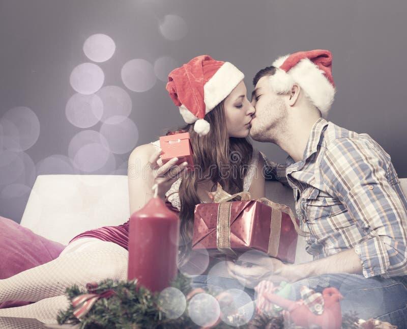 El par precioso disfruta de la Navidad en casa fotos de archivo