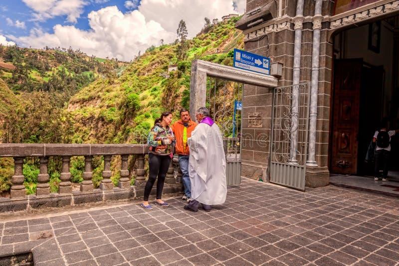 El par religioso está confesando a un sacerdote, América latina fotografía de archivo