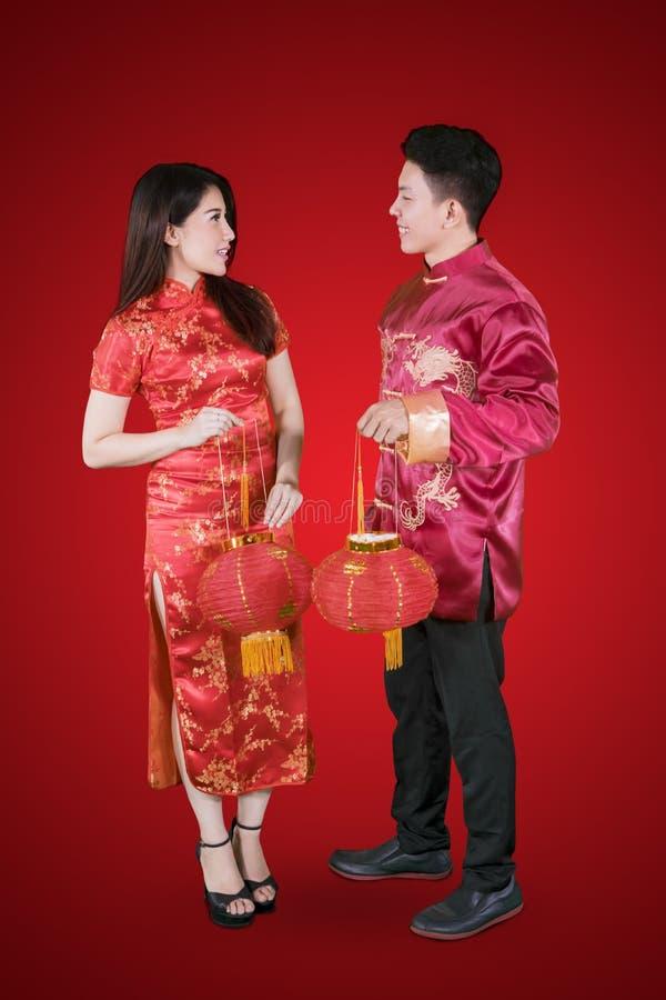 El par romántico sostiene la linterna en el Año Nuevo chino imagenes de archivo