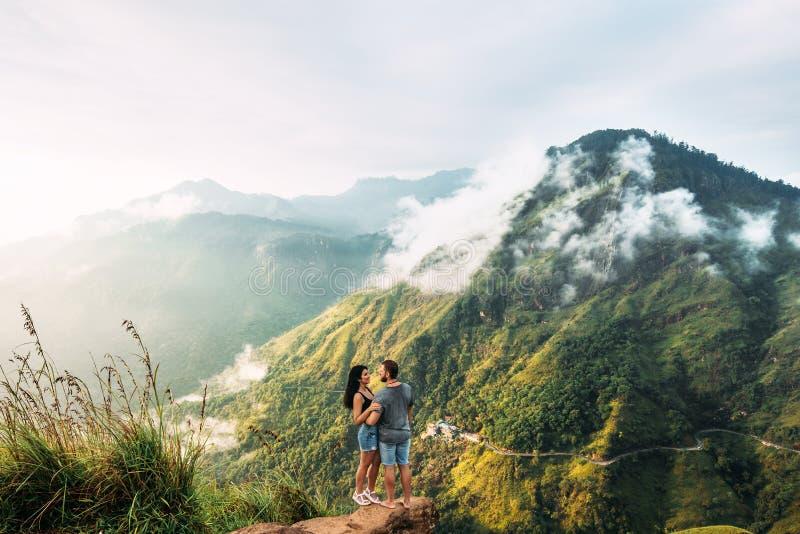 El par saluda la salida del sol en las montañas imagen de archivo libre de regalías