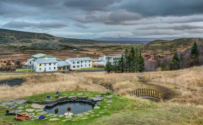 El par se baña en aguas termales islandesas naturales en la oscuridad fotos de archivo libres de regalías