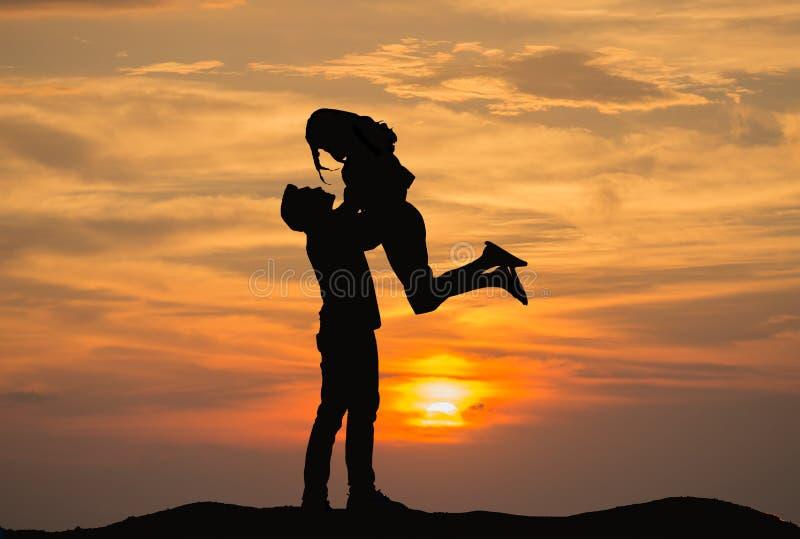El par tiene felicidad y mirada de puesta del sol hermosa foto de archivo libre de regalías