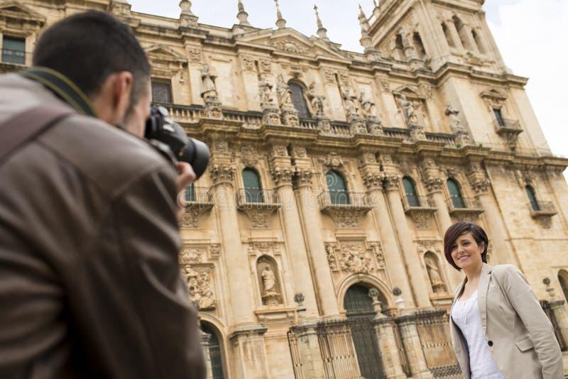 El par turístico visita la catedral europea imagen de archivo