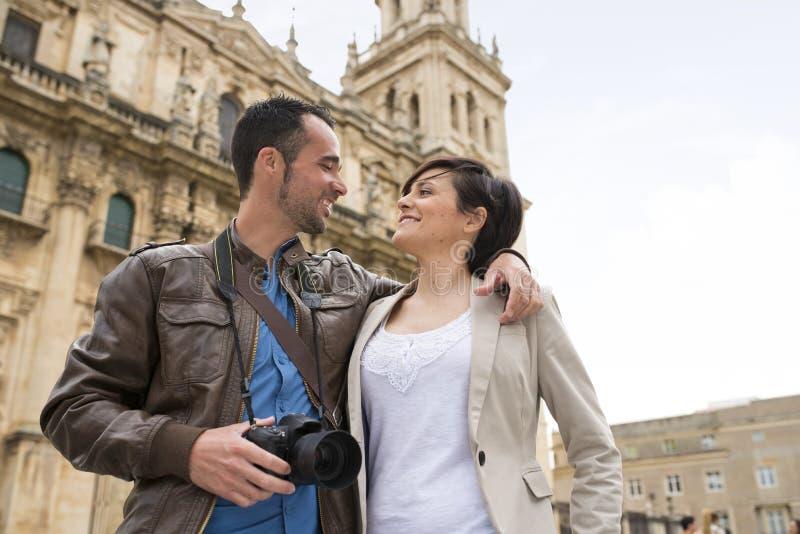 El par turístico visita la catedral europea fotografía de archivo
