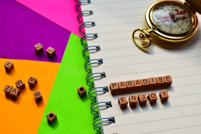 El paraíso disfruta del mensaje escrito en bloques de madera Conceptos de las vacaciones y del viaje Imagen procesada cruz imagen de archivo libre de regalías