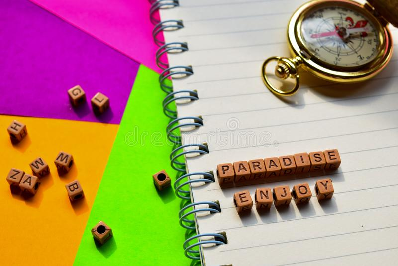El paraíso disfruta del mensaje escrito en bloques de madera Conceptos de las vacaciones y del viaje Imagen procesada cruz foto de archivo