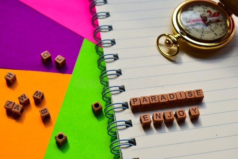 El paraíso disfruta del mensaje escrito en bloques de madera Conceptos de las vacaciones y del viaje Imagen procesada cruz imágenes de archivo libres de regalías