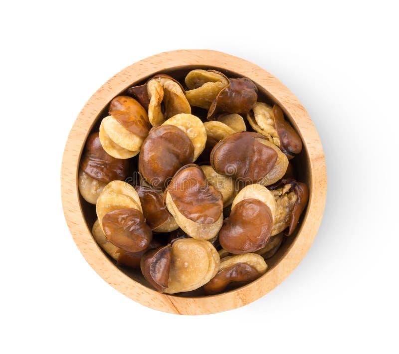 El parabrisas amplio favorece las semillas de frijol en un recipiente de madera aislado sobre fondo blanco imagen de archivo