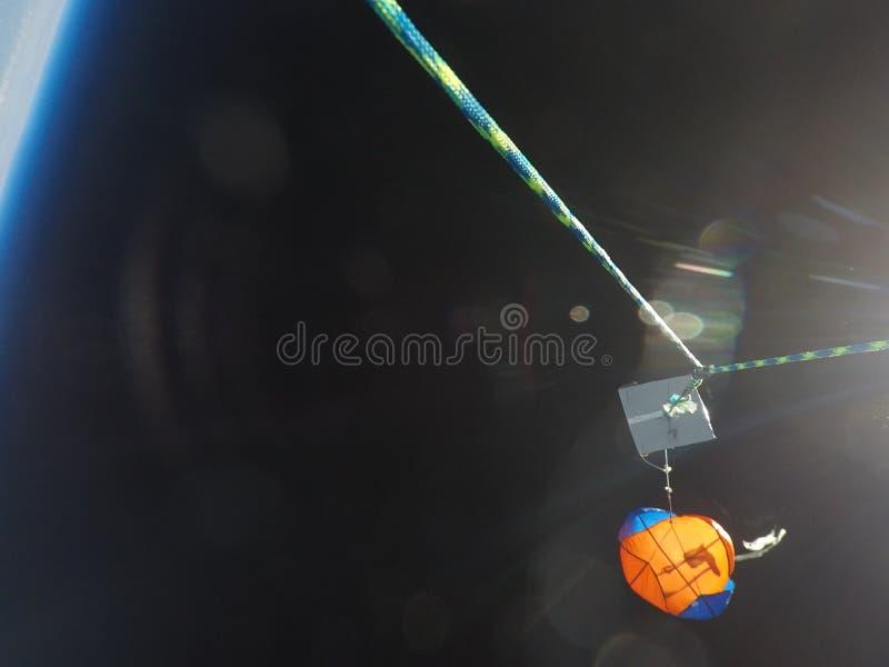 El paracaídas del globo de tiempo de la mucha altitud despliega imagen de archivo libre de regalías