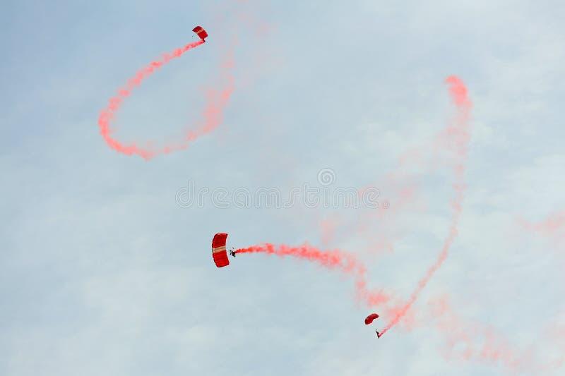 El paracaidismo rojo de los leones durante el ensayo 2013 del desfile del día nacional (NDP) foto de archivo libre de regalías