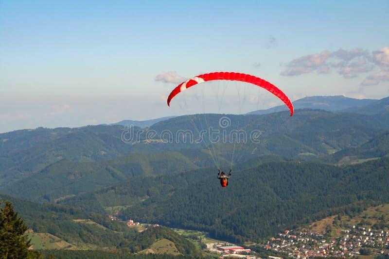 El paracaidista desciende a la tierra fotografía de archivo