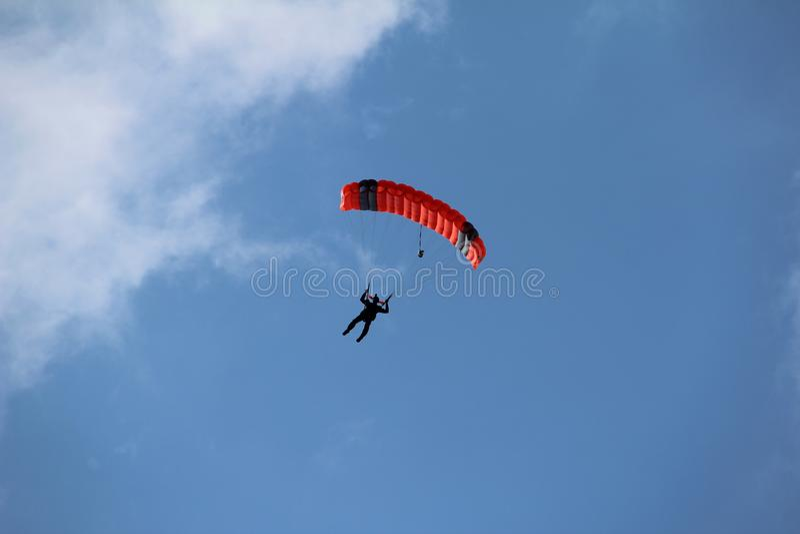 El paracaidista desciende a la tierra imagenes de archivo