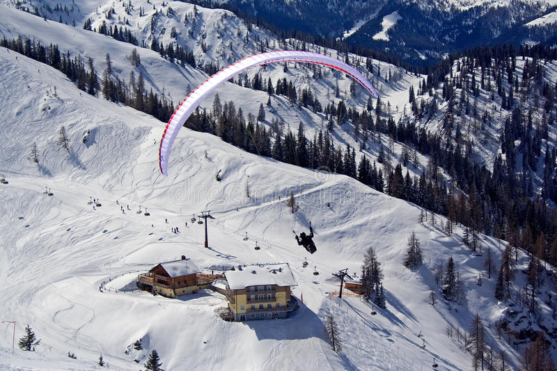 El paracaidista en Austria alpen fotos de archivo
