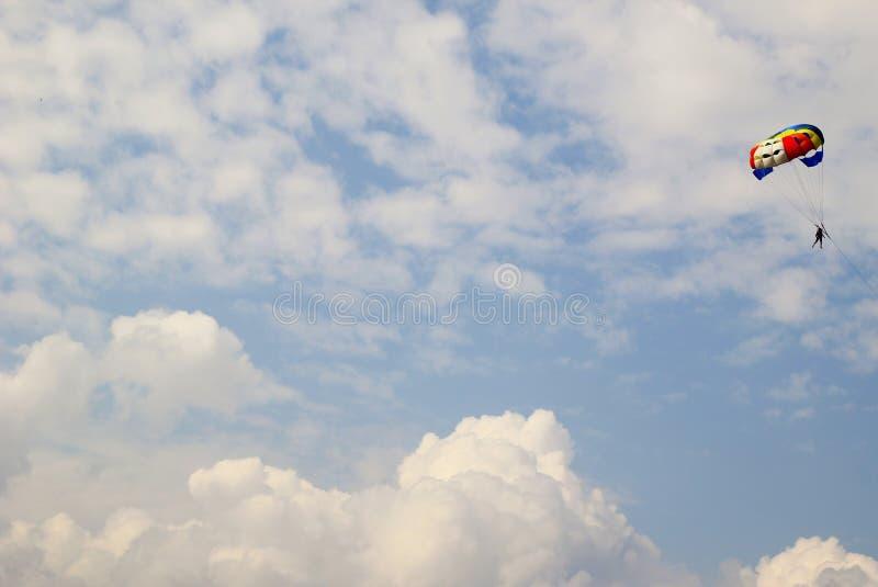 El paracaidista en el cielo foto de archivo