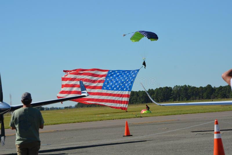 El paracaidista encantó a la muchedumbre abajo con volar orgulloso imagen de archivo