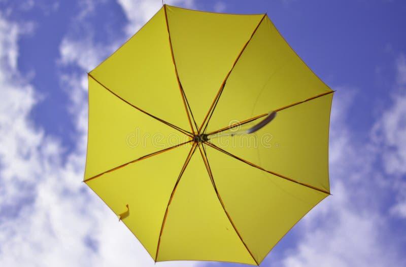 el paraguas amarillo ahora hacia el cielo infinito fotos de archivo libres de regalías