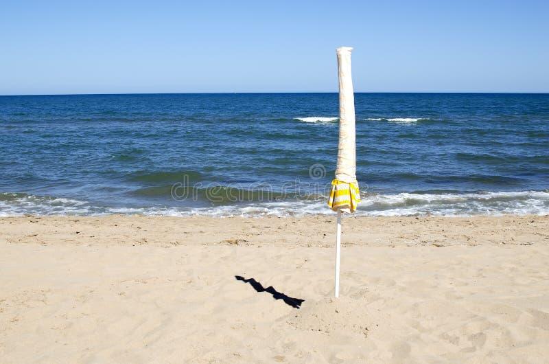 El paraguas solitario, el verano ha terminado fotografía de archivo libre de regalías
