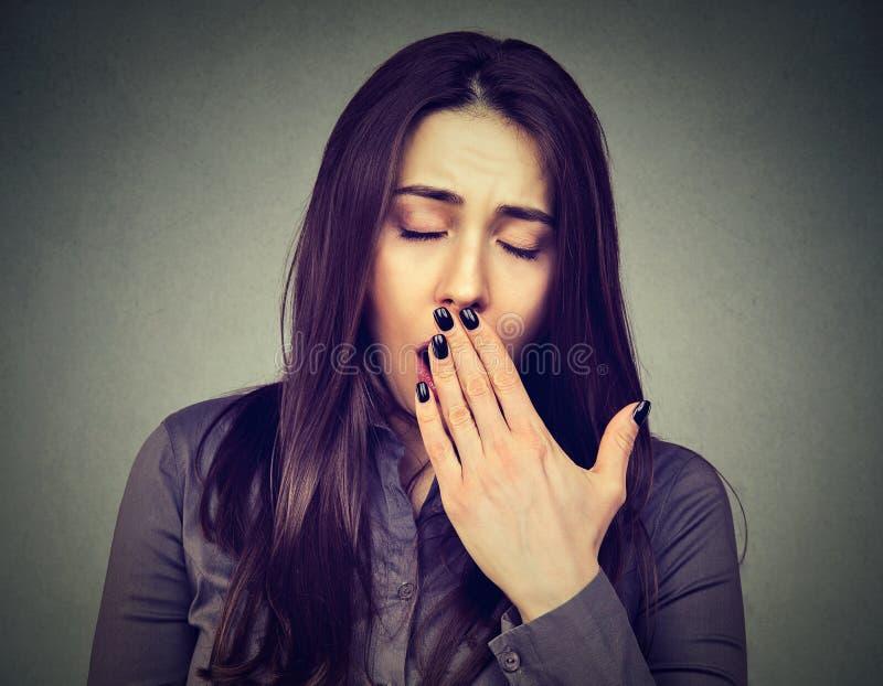 El parecer de bostezo de la mujer soñolienta agujereado fotografía de archivo libre de regalías