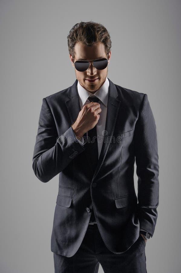 El parecer perfecto en su nuevo traje. Hombres de negocios jovenes confiados adentro fotografía de archivo
