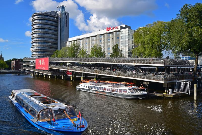 El parking plano de la bicicleta popular en la estación de tren central de Amsterdam en la ciudad de las bicis Amsterdam fotografía de archivo libre de regalías