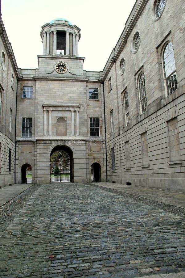 El parlamento anterior del siglo XVIII contienen y la calzada del guijarro, Henrietta Street, Dublín, Irlanda, octubre de 2014 imágenes de archivo libres de regalías