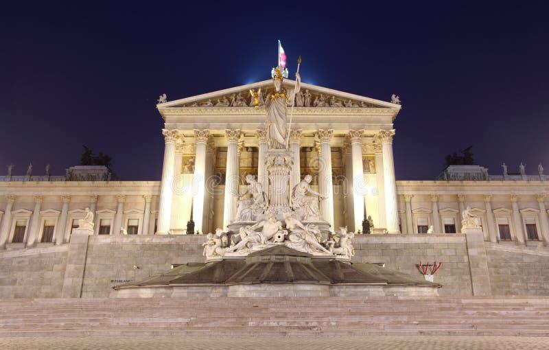 El parlamento austríaco en Viena en la noche fotografía de archivo libre de regalías