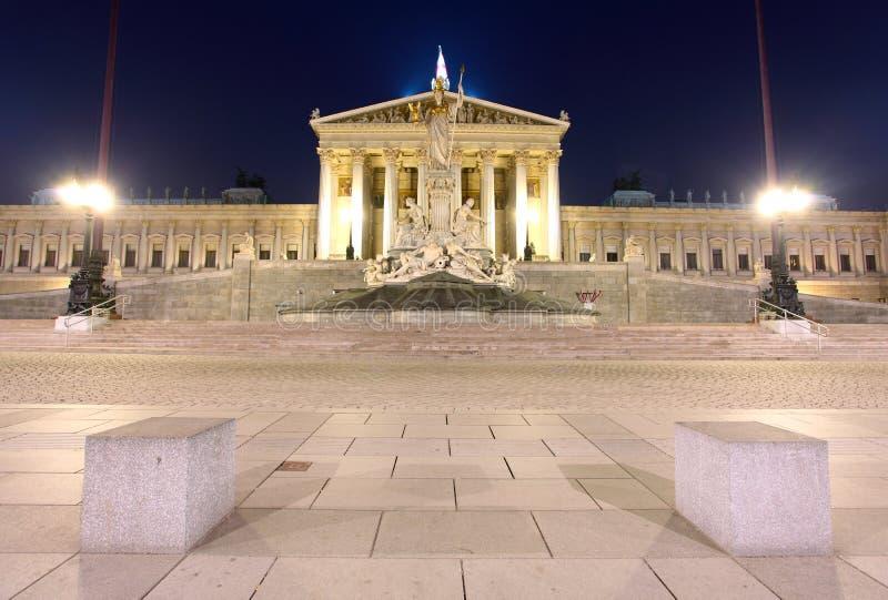 El parlamento austríaco en Viena en la noche imagen de archivo