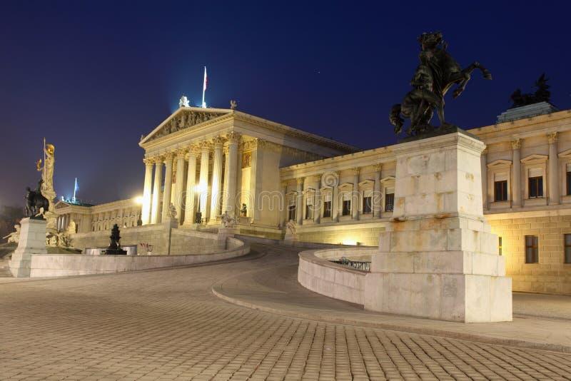 El parlamento austríaco en Viena en la noche imagenes de archivo