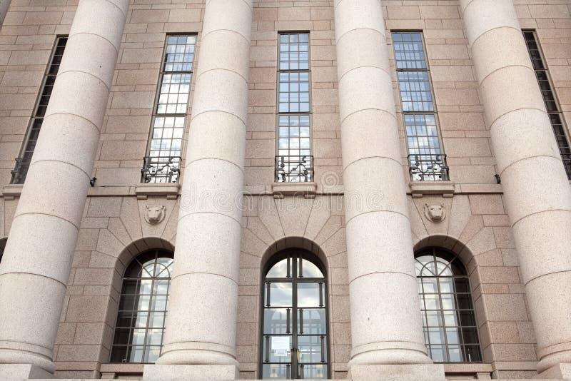 El parlamento contiene, detalle del frontal de las columnas. Helsinki foto de archivo