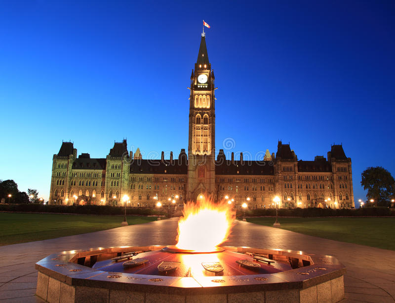 El parlamento de Canadá y los héroes flamean en la oscuridad, Ottawa imágenes de archivo libres de regalías