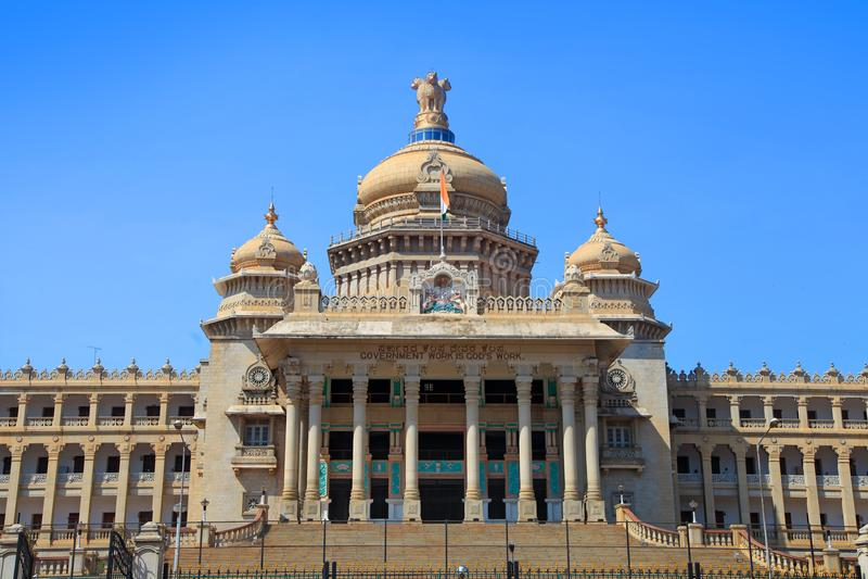 El parlamento del estado de Karnataka contiene en la ciudad de Bangalore, la India imagenes de archivo