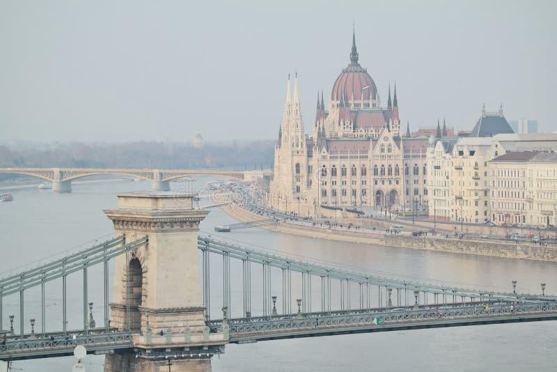 El parlamento húngaro con vista del puente de cadena foto de archivo