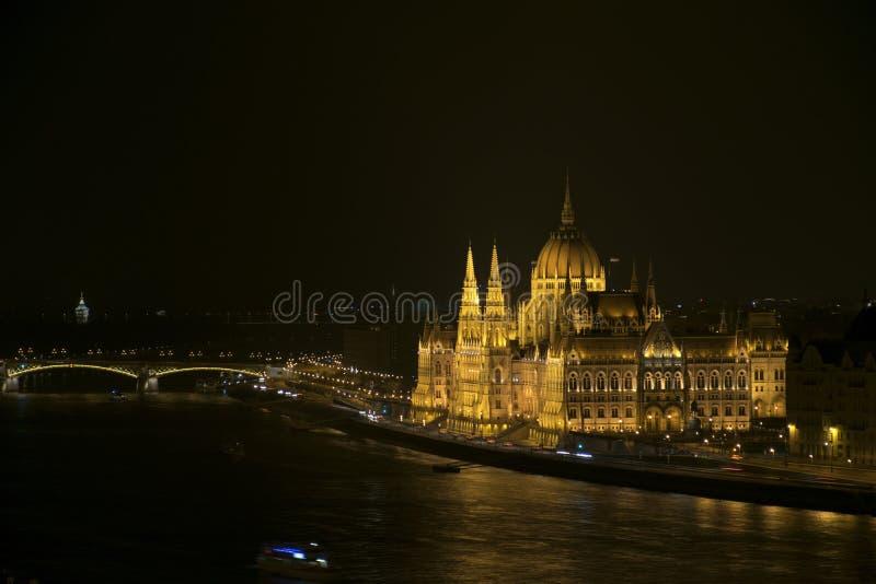 El parlamento húngaro en la noche foto de archivo