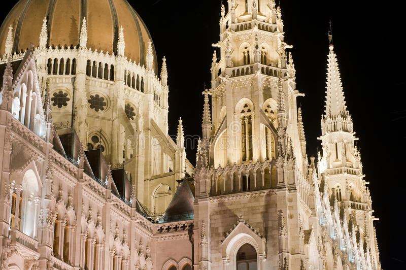 El parlamento húngaro por noche en Budapest foto de archivo