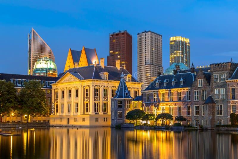 El parlamento holandés que construye Binnenhof y Mauritshuis visto de Hofvijver en la noche con las oficinas gubernamentales del  fotografía de archivo libre de regalías