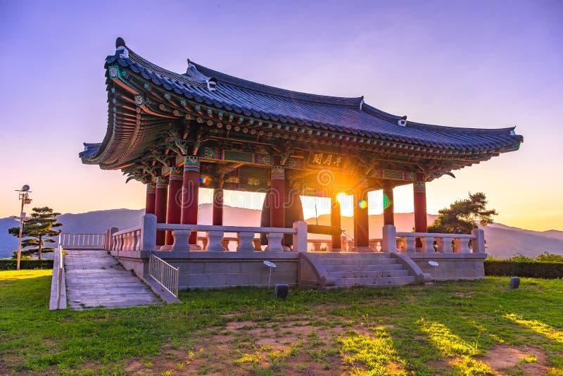 El parque con las campanas viejas se almacena en el pabellón, Pocheon, Seúl Corea fotos de archivo