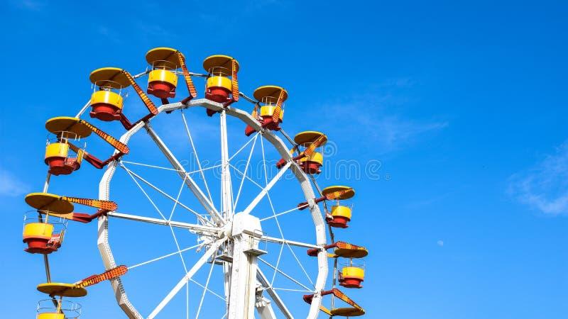 El parque de atracciones rueda adentro un día soleado despejado imagen de archivo libre de regalías