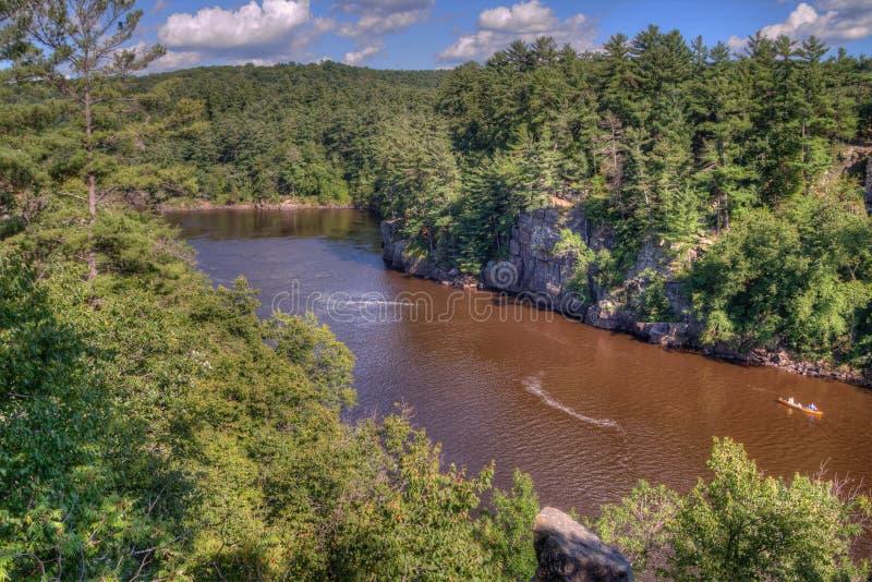 El parque de estado de un estado a otro es situado en el St Croix River por Taylo imagen de archivo libre de regalías