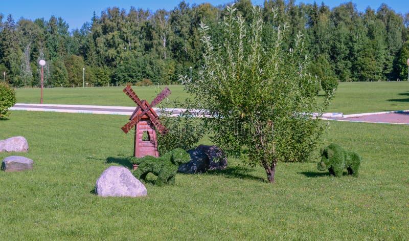 El parque de la casa de resto se adorna con las figuras de animales foto de archivo