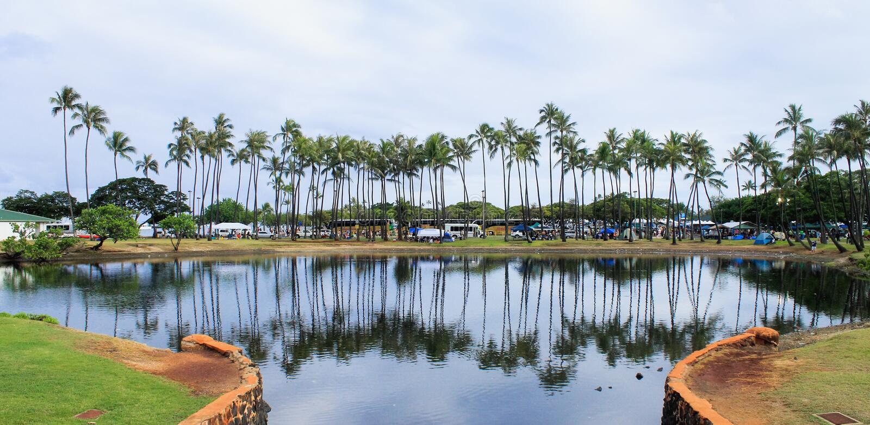 El parque de la playa de Moana del Ala llenó de la gente y de los vehículos fotos de archivo