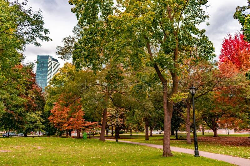 El parque de la reina en Toronto durante otoño temprano foto de archivo