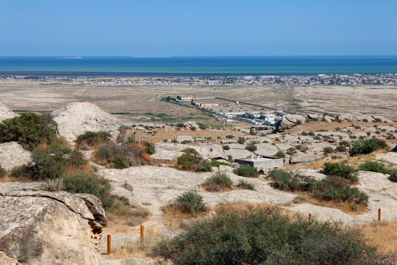 El parque de Qobustan de petroglifos prehistóricos acerca al mar Caspio Opinión sobre la prisión de Azerbaijan fotografía de archivo libre de regalías