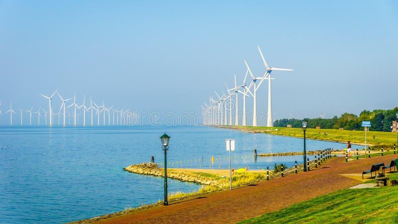 El parque eólico en el mar interior nombró a IJselmeer visto del pueblo pesquero histórico de Urk fotos de archivo