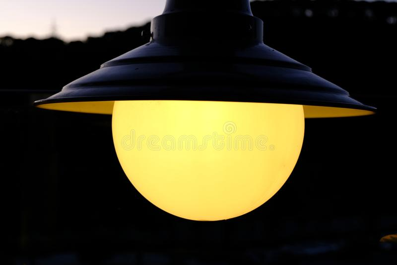 El parque exterior con luz nocturna fotos de archivo
