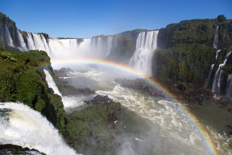 El parque nacional asombroso de las cataratas del Iguazú con un arco iris lleno sobre el agua, Foz hace Iguaçu, el Brasil imagen de archivo
