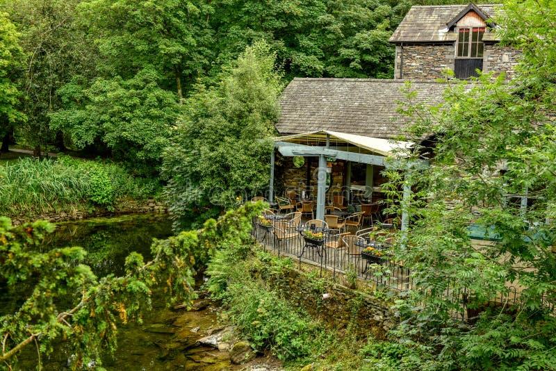 El parque nacional del distrito del lago, restaurante en el río fotografía de archivo